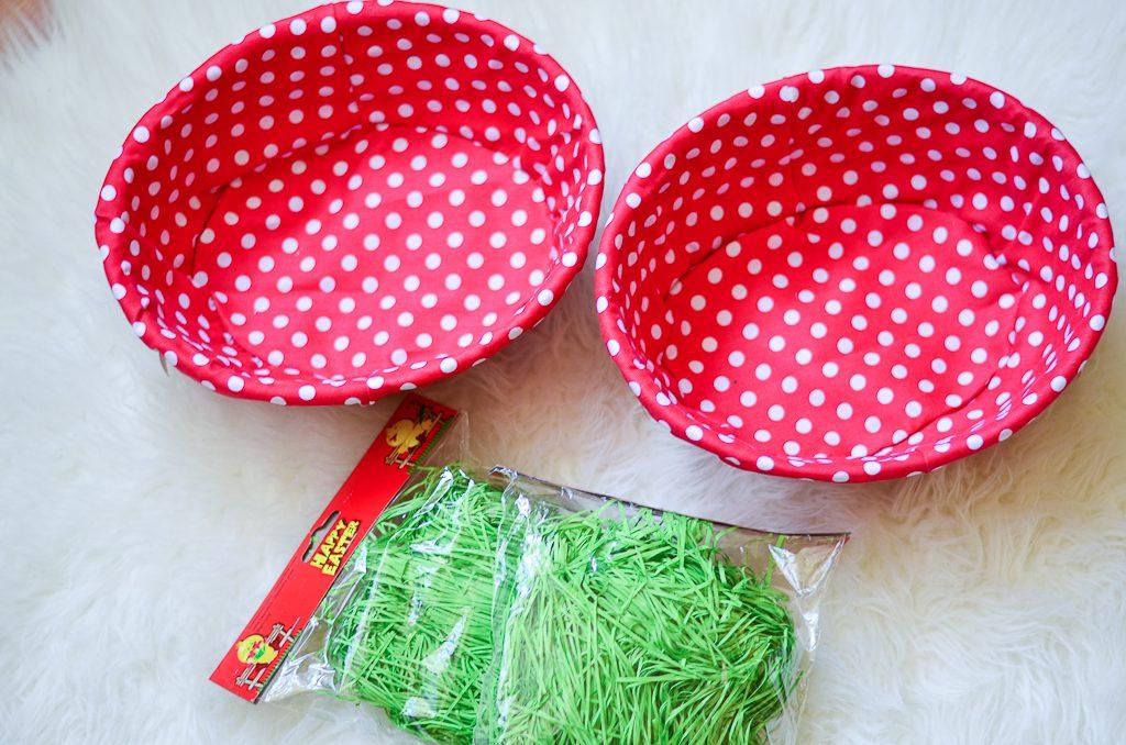 cumparaturi-din-jumbo-cosulete-cu-buline-hartie-verde-de-paste